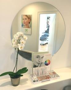 Interiør fra klinikken i København, spejl, blomst og hylde