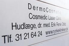 DermoCosmetic skilt ved indgangen til klinikken i Virum