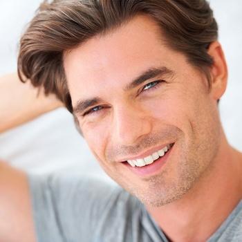 Smilende mandeansigt, mørkhåret