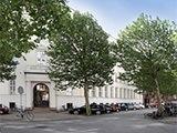 Indgang med træer ved klinikken på Hammerensgade, København