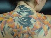Mangefarvet tatovering på ryg
