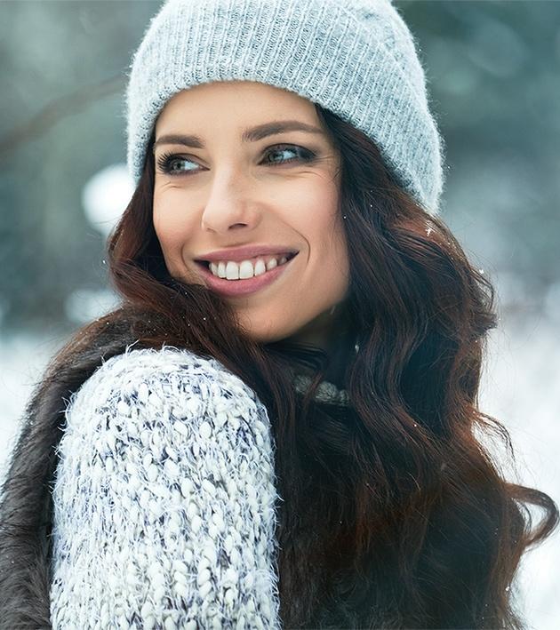 Smilende kvinde uden hår i armhuler