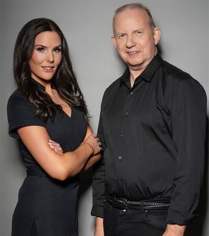 Kvinde og mand klædt i sort