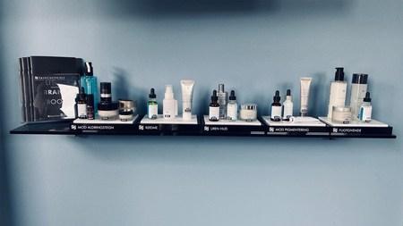 Hylde med kosmetik i æsker og flasker