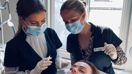Kvindelige behandlere med masker