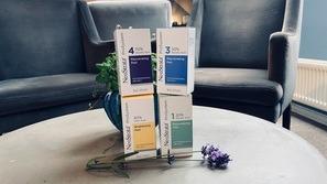 4 æsker på bord med blomst