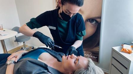 Injektionsbehandling af kvinde